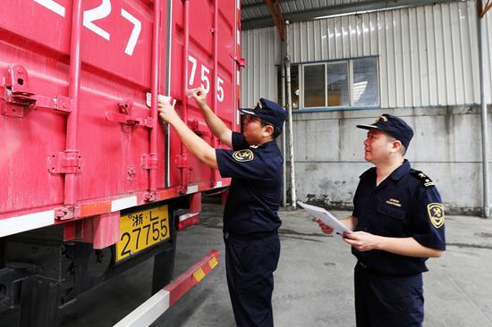 海关关员为待销毁侵权货物启封。  姚峰 摄