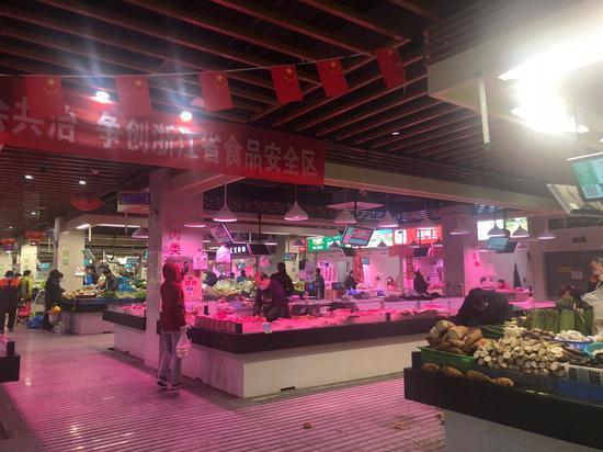 宁波菜场一景。  林波 摄