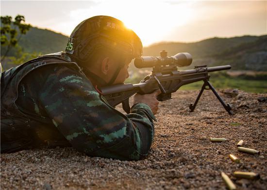 狙击手进行远距离观察狙击。  胡港 摄