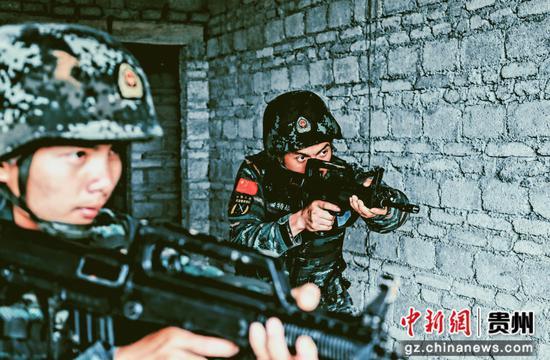 武警贵阳支队特战队员在进行楼房反劫持演练 蒋林岫 摄