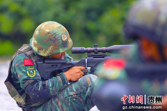 武警毕节支队特战队员在狙击瞄准 黄乐康 摄