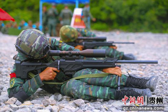 武警毕节支队特战队员在进行多姿势狙击 黄乐康 摄