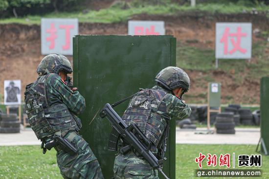 武警安顺支队特战队员进行交替掩护射击  吕康  摄