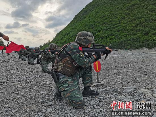 武警遵义支队特战队员在进行步枪快速射击 闫治州 摄