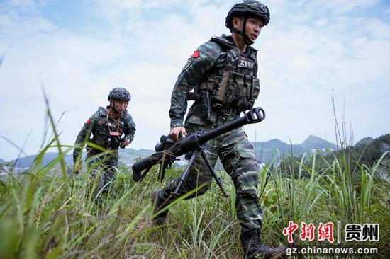 武警贵州总队机动支队特战队员在进行训练 何林伟 摄