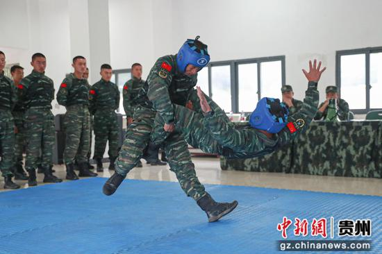 武警六盘水支队特战队员进行徒手搏斗对抗  齐盟  摄