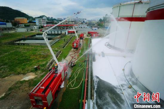 图为模拟现场,消防员进行救援。范涛 摄