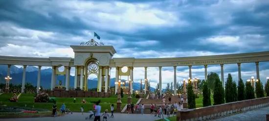 新疆霍尔果斯企业家创作歌曲歌颂中哈友谊