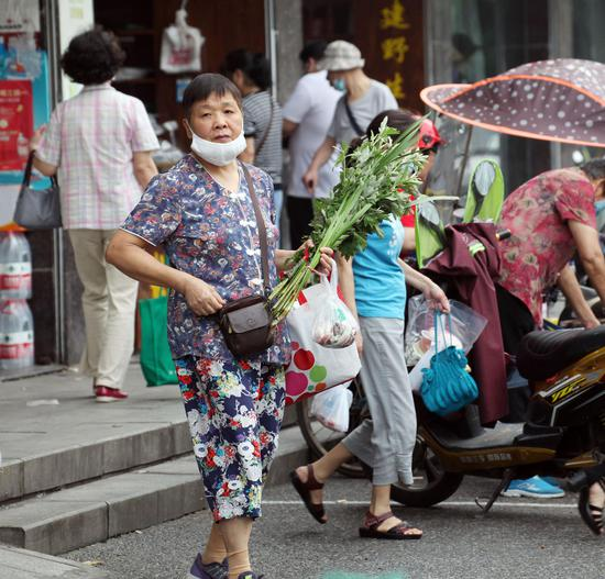 一位市民在端午节前购置艾草。  李子光(通讯员) 摄