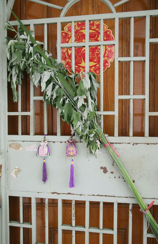 杭州一居民家门口挂起艾草和香囊。  李子光(通讯员) 摄