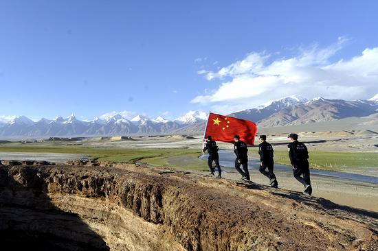 6月20日,民警在火山口景区开展巡逻。(孔志勇 摄)