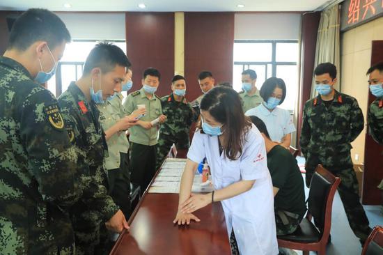中医专家传授中医技巧和知识。 武警绍兴支队 供图