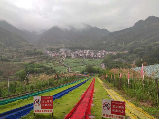 旅游项目——滑草场 周禹龙 摄