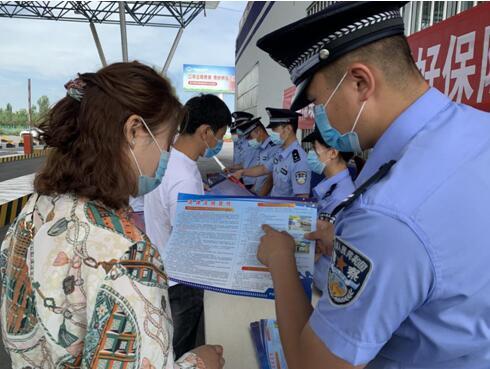 新疆伊犁:NIA警察深入学习宣传民法典与当地群众互动