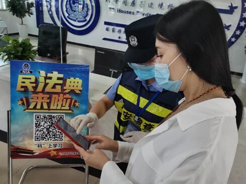 民警自发研究制作云端学习手段,各族群众在现场扫码学习《民法典》,同时也节约了纸张,响应了绿色环保行动。