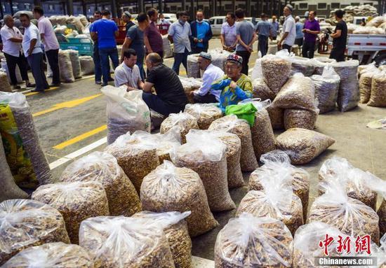 新疆和田县核桃交易市场带动当地全产业链发展