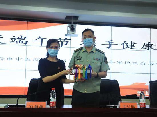 中医院为部队送上端午香囊。  武警绍兴支队 供图