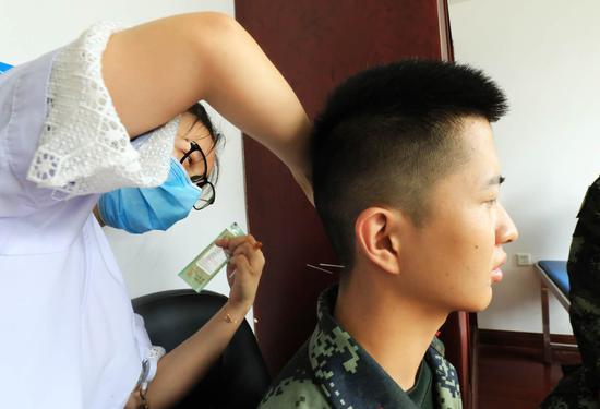 中医专家为官兵进行针灸治疗。 武警绍兴支队 供图