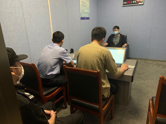 警方审讯嫌疑人.杭州地铁警方 供图