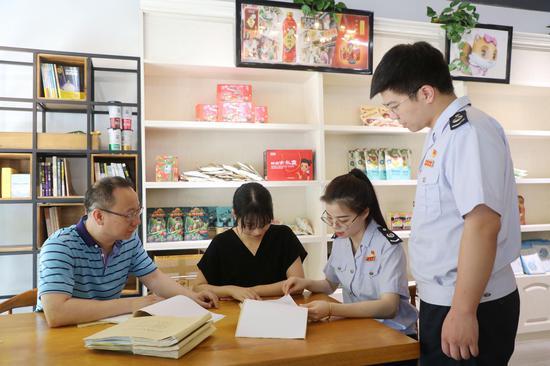 青田税务人员在青田中智物产贸易有限公司落实出口退税政策  杨慧 摄