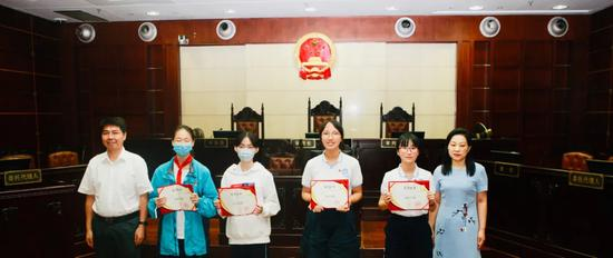 """小河长们获得""""阳光小律师""""荣誉证书。 朱智翔 供图"""