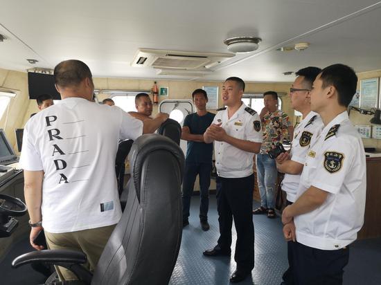 船长与海事工作人员交流现场。  颜丙纳 摄