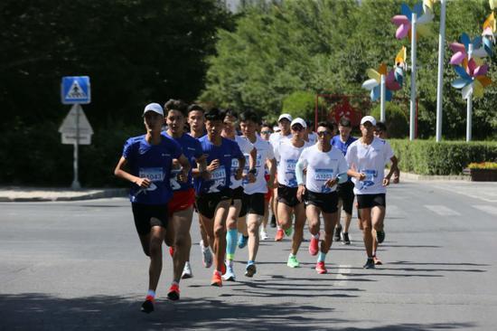 逾300多名奔跑爱好者参赛。(达坂城供图)