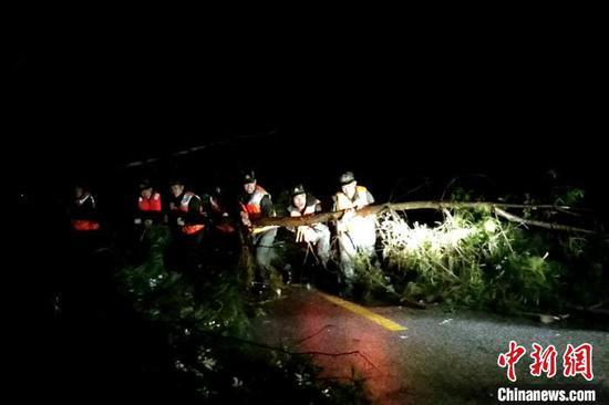 图为救援现场。 武警黔南支队供图