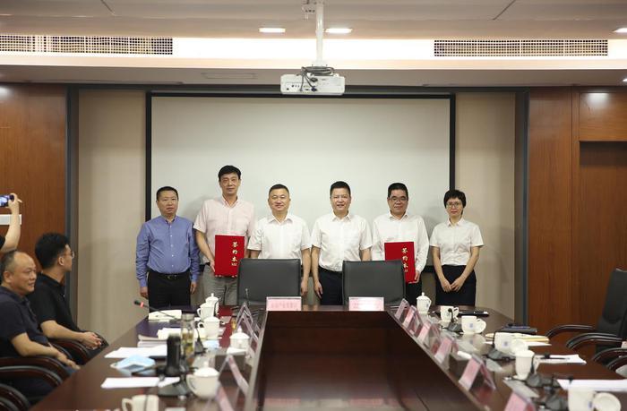 温州银行与浙南产业集聚区管委会签订全面深化合作战略协议。温州银行供图