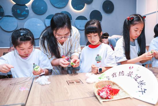 老师在现场教孩子们如何制作香囊。筱玮摄