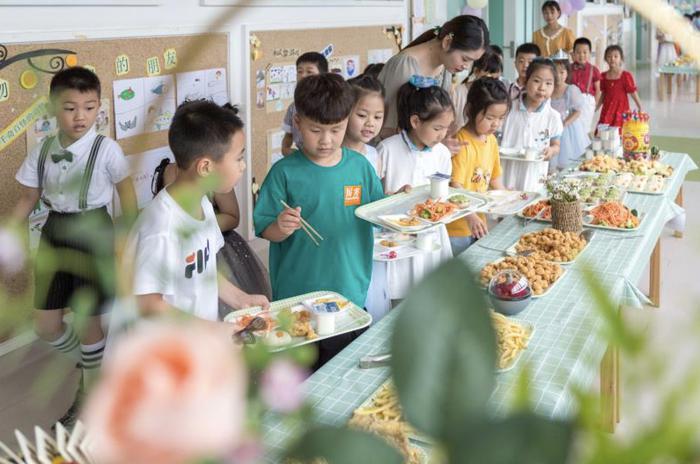 孩子们挑选自己喜爱的食物 长兴县龙山街道中心幼儿园供图