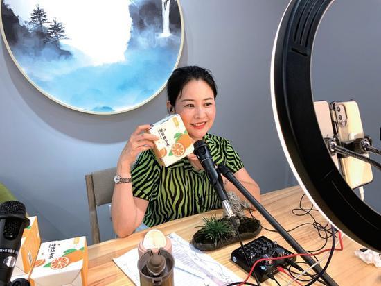 徐慧丽向网友推销柚子面膜。衢州市委宣传部提供