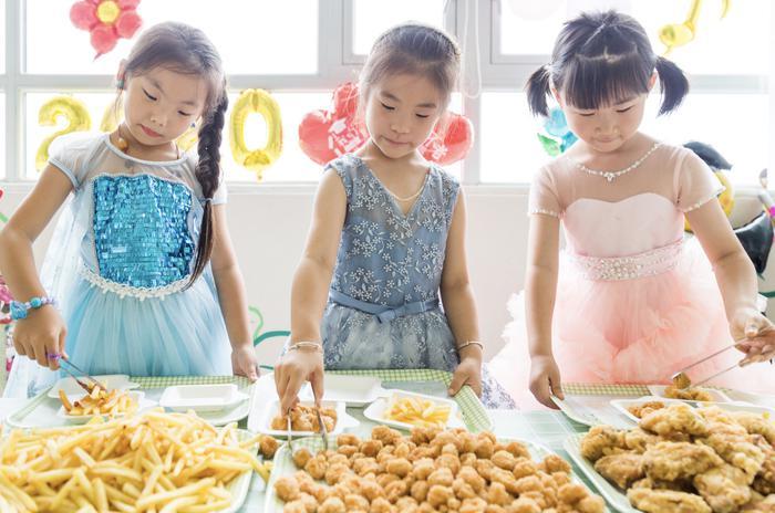 孩子们享受着美食 长兴县龙山街道中心幼儿园供图
