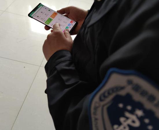 工作人员在操作农业执法智慧系统。桐乡市农业农村局摄