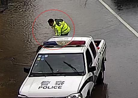 桐庐县公安局交警大队民警在积水路段疏导清淤。杭州警方 供图