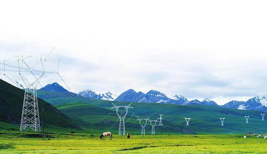 750千伏伊犁-库车输变电工程,建成的线路伸向远方。