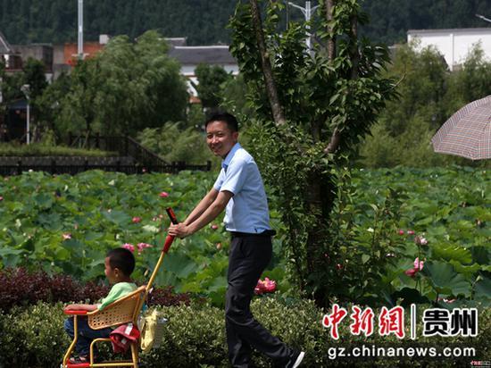 2020年6月26日,贵州省毕节市金沙县西洛街道群立社区千亩荷花相继盛开,吸引游客观光。史开心 摄