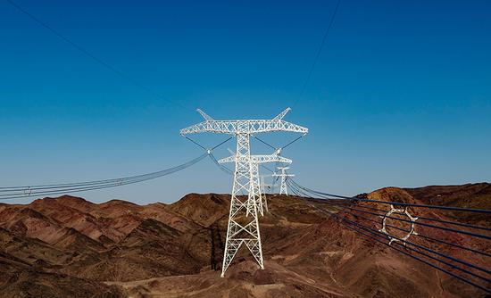 空中俯瞰准东至皖南±1100千伏特高压直流工程。