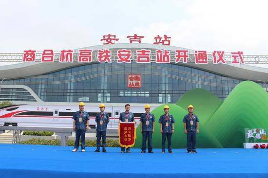 中国铁建电气化局上台领取锦旗 岳恒弘