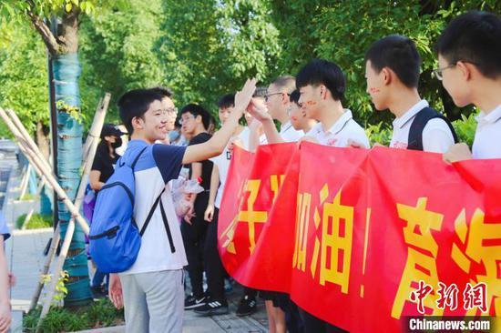 杭州中考首日:考生收到花式祝福