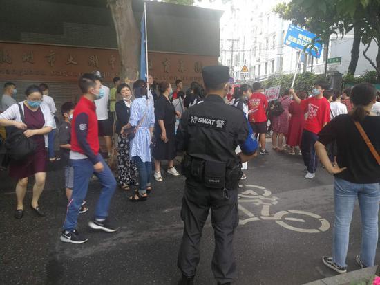 杭州市公安局特警支队直属机动队民警在考点周边巡防、服务。杭州警方 供图