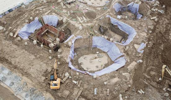 一台挖掘机在施工现场作业。  王刚 摄