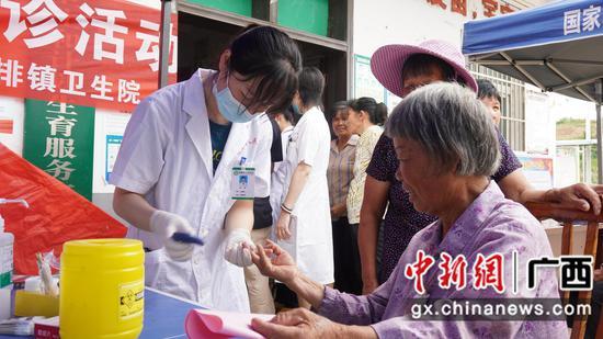 广西鹿寨县人民医院下基层义诊 惠及数百乡村民众