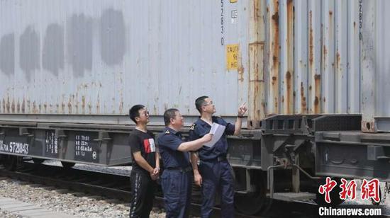 云南特色水果通过全冷链铁路直运方式从新疆口岸出境