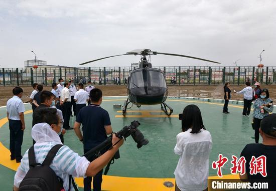 直升机准备从新疆和静县起飞。 确·胡热 摄
