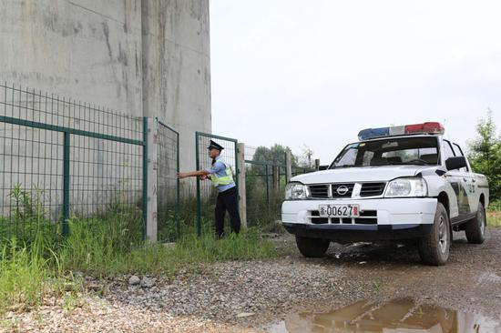 湖州站派出所民警进行商合杭高铁线路巡查。  杭州铁路公安处 供图