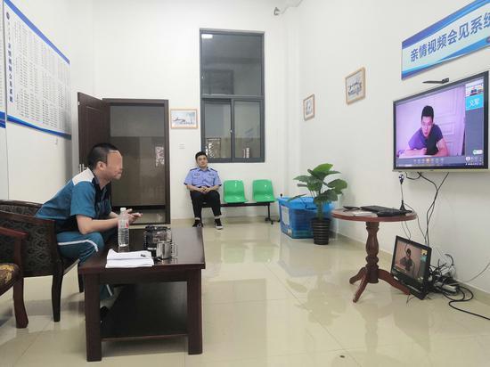 戒毒人员和律师在线上会面。温州市黄龙强制隔离戒毒所供图