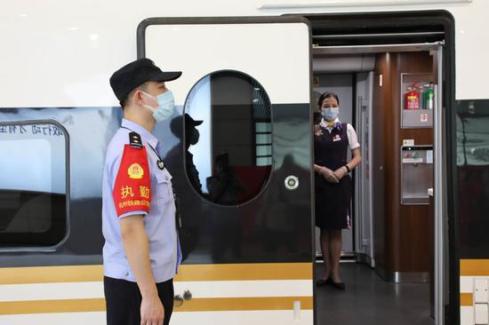 杭州东站派出所民警加强站台执勤。  杭州铁路公安处 供图