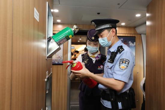 乘警会同列车长进行消防检查。  杭州铁路公安处 供图