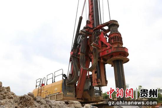 钻井机正在作业   杨磊 摄
